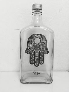 Botella; mano de Fátima - Soli Savoretti