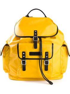 mochila con bolsillos canguro