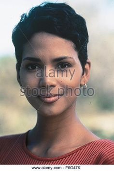 Halle Berry Race The Sun outfits Halle Berry Short Hair, Halle Berry Pixie, Halle Berry Style, Halle Berry Hot, Pixie Styles, Short Hair Styles, Hally Berry, Pixie Crop, Bond Girls