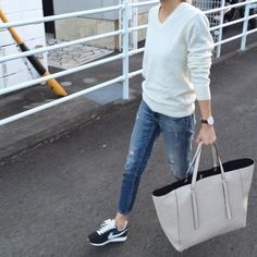 Jeans and sneakers and a comfy sweater. Style Casual, Preppy Style, Casual Looks, Casual Outfits, My Style, Denim Fashion, Look Fashion, Korean Fashion, Womens Fashion