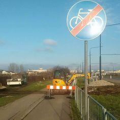 """Na Unii Lubelskiej na wysokości budowanego komisariatu """"zamknięto"""" drogę rowerową. Niestety brak objazdy. Na szczęście jest ograniczenie do 70 km/h i chodnik ma więcej niż 2.5m"""
