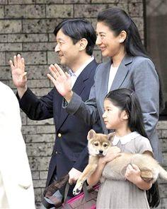Crown Prince Naruhito, Crown Princess Masako, Princess Aiko and their puppy. Family World, The Empress, Royal House, British Monarchy, Art Festival, Japanese Art, Japanese Food, Rescue Dogs, Yuri