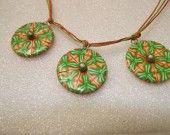 Collier vert et orange flashi aux motifs kaléidoscopiques, pâte polymère