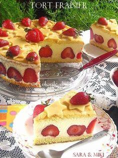 Tort Fraisier, un tort francez (Le Fraisier) incredibil de bun facut din blat, crema de vanilie cremoasa si plin de capsuni proaspete. Aceasta reteta este rapida, usoara si foarte reconforta… Cookie Desserts, Sweet Desserts, Easy Desserts, Sweets Recipes, Cupcake Recipes, Cupcake Cakes, Romanian Food, Cheesecake, Drink