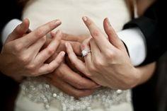 idée de photo de mariage: gros plan sur le solitaire de la mariée
