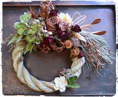 ナチュラル花材を使ったボリューミーで個性的なデザインのお正月しめ縄飾りです。シックでモダンお洒落なしめ縄飾りで新年に福を呼びましょう♪*勝手ながら、 28日より年末休みとなりますので、 当方27日が最終発送日となります。使用花材:紫陽花・チスパ・バラ・蓮の実・ラフィア等々 サイズ:しめ縄部分直径25センチ 横最大34センチ*ドライフラワーについて 自然の恵みのお花や木の実たちです。 湿気と直射日光を避けて飾って下さい。 少しづつ、退色して参りますが、アンティークな雰囲気が増し、 それもまた良い風合いです。 発送に祭し、厳重に梱包させて頂きますが 花材・素材の性質上、多少の花葉落ち等が有る場合がございます。 イメージが大きく変わる事はございませんが、どうぞ、 ご了承くださいますよう、お願い致します。 大きく破損していた場合等は、代替え品等、ご相談させて頂き 対応させて頂きます。 発送はセロファンでラッピングして、緩衝材で保護し、 ダンボール(リユース段ボールの場合もあり)での発送となります プレゼント包装(リボン・有料専用ギフトBOX・メッセージカード 等) ご希望...