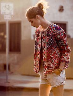La veste folk, idéale pour réchauffer le duo marcel blanc/short en jean !
