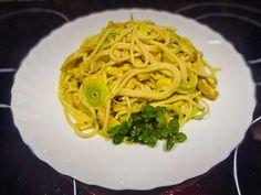 Špagety s kuřecím masem na kari se smetanou a pórkem Spaghetti, Ethnic Recipes, Food, Essen, Meals, Yemek, Noodle, Eten