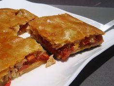 INGREDIENTES  Para una empanada pequeña, de una 4 o 5 raciones Para ver el paso a paso de la elaboración de la masa casera, pinchar el enlace: Masa casera para empanadas   Una masa para empanada (con 250g de harina sale un cuadrado de unos 35cm) – 3 tajadas de bacalao remojado y desalado (unos 300g) – una cebolla grande– un pimiento rojo fresco – un diente de ajo - un pimiento choricero – 4 cucharadas de salsa de tomate – sal – aceite – una pizca de pimentón – un huevo para pintarla