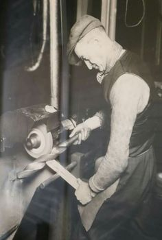 No your bridge work Antique Tools, Old Tools, Vintage Tools, Milling Machine, Machine Tools, Old Pictures, Old Photos, Metal Processing, Fabrication Tools