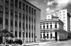 Esquina das Rua Senador Alencar e Floriano Peixoto os dois edifícios continuam lá, de um lado a antiga sede do Banco Frota Gentil, do outro a agência metropolitana do Banco do Brasil. Década de 40. Arquivo Nirez