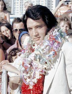 January 1973 ▸ Elvis arrives at the Honolulu Airport in Hawaii. Elvis Presley Hawaii, Elvis Aloha From Hawaii, Elvis Presley Family, Elvis Presley Photos, Elvis Memorabilia, Gene Kelly, Marlon Brando, Steve Mcqueen, King Of Music