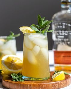Whiskey Smash- learn how to make this classic bourbon cocktail using just 4 simple ingredients. The perfect spring and summer cocktail! Spring Cocktails, Bourbon Cocktails, Easy Cocktails, Simple Cocktail Recipes, Fun Drinks, Whiskey Smash, Whiskey Sour, Irish Whiskey, Whiskey Lemonade