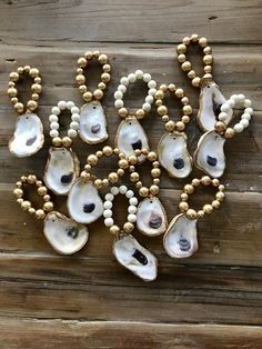 Grey beads brushed with gold, white beads or gold. Cream, White, or Grey with brushed gold beads.Listing is for one napkin ring. Oyster Diy, Oyster Shell Crafts, Oyster Shells, Seashell Art, Seashell Crafts, Beach Crafts, Beaded Napkin Rings, Resin Crafts, Rock Crafts