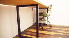 あれ?テーブルがいつの間にかすっごい手狭……。 ペンケース、パソコン、マウス、お気に入りのフィギュア…あ、書かなきゃいけない書類が溜まってる。読みかけの本も積んでる…。 広いテーブルがあれば快適なのに…ても、広いテーブルって良いお値段しますよね。 2メートルくらいの長いテーブルなんて、10万円超えちゃう………。 Home Office Design, House Design, Wood Crafts, Diy And Crafts, My Room, Diy Furniture, Kids Room, Diy Projects, Home Decor