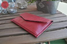 This pouch protects the iPad from dust, scratch and small knocks. It also has a pocket to put the charger. Here is a simple tutorial in 10 steps. I made this project for a friend's birthday. Ipad Mini, Leather Tutorial, Couture, Friend Birthday, Card Case, Continental Wallet, Two By Two, Pouch