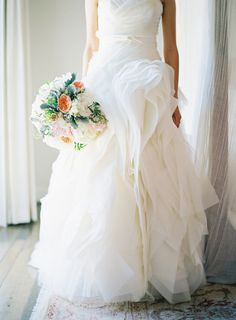 A roundup of the most amazing Vera Wang wedding dresses worn by real brides on Style Me Pretty. From classic to eclectic, every gown is sure to inspire. Cheap Wedding Dress, Wedding Gowns, Wedding Bells, Wedding Film, Tulle Wedding, Wedding Bouquets, Wedding Flowers, The Bride, Vera Wang Wedding