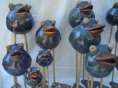 Vogels op poten van bamboe,verschillende grootte en hoogtes Clay Crafts, Arts And Crafts, Pottery Handbuilding, Pottery Animals, Flow Painting, Clay Birds, Weird Art, Garden Ornaments, Ceramic Clay