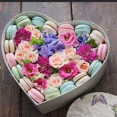 Заказать макаронс в коробочке с цветами,доставка подарков Днепропетровск,недорогие коробочки с цветами,доставка цветов на день Валентина,доставка Днепропетровск