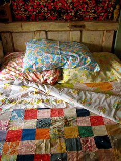 Färgfint sovrum med järnsäng