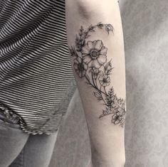 Este belo floral antebraco trabalho http://tatuagens247.blogspot.com/2016/09/fabuloso-feminino-tatuagem-de-ideias-de.html