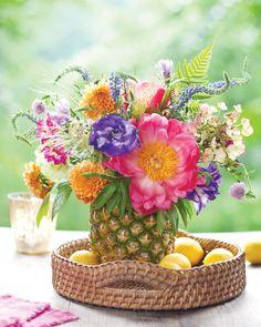 Pineapple vase for floral arrangement Garden Types, Diy Garden, Summer Centerpieces, Flower Centerpieces, Beautiful Fruits, Beautiful Flowers, Pineapple Vase, Coral Charm Peony, Table Flower Arrangements