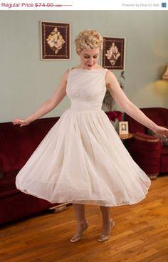 24 HOUR SALE Vintage 1950s Wedding Dress White Nylon door FabGabs