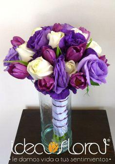 lisianthus morados con toques de rosa en color lila y hermosos tulipanes