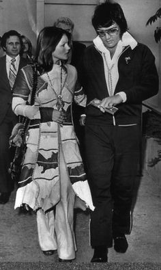 Photograph was taken in Of Elvis and Priscilla's divorce hearing . Elvis is a very controversial figure In music culture and this picture shows that his figure and persona even carried to courthouse . Elvis Und Priscilla, Priscilla Presley, Elvis Presley Family, Elvis Presley Photos, Lisa Marie Presley, Mississippi, Tennessee, Divorce Court, Burning Love