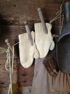<3 Got to be looking for white vintage mittens this year!