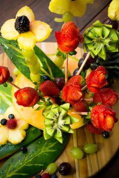 Si quieres regalar algo muy original y especial a una persona que quieres mucho, este tip te va gustar. Te enseñamos a preparar un arreglo floral, solo que en vez de flores vas a utilizar frutas.
