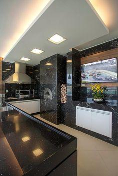 Área de churrasco moderna com forno decorada de granito preto e madeira - linda!
