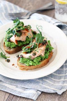 Savulohi-herneleivät // Smoked Salmon & Pea Bruschetta Food & Style Tiina Garvey, Fanni & Kaneli Photo Tiina Garvey, www.maku.fi