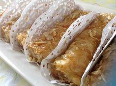 Ingrédients: 1 paquet de Pâte filo 200 g d'amande hachées un bol de beurre fondu miel fleur d'oranger Amandes effilées Préparation: Couvrir les feuilles de pâte filo avec un chiffon humide pour les empêcher de sécher. Prenez une feuille , beurrez la... Healthy Bars, Healthy Cooking, Cooking Recipes, Filo Recipe, Algerian Recipes, Arabian Food, Arabic Sweets, Ramadan Recipes, Food Humor