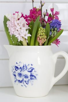 A small bouquet of spring flowers in a cup Wicker Planter, Wood Planters, Gerbera, Simple Flowers, Beautiful Flowers, Spring Flowers, Headboard Art, Pottery Painting Designs, Fresco
