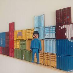 40 aniversario de Playmobil en The Game, hasta el 10 de Junio en el espacio en blanco de la @UniversidadSanJorge. The Game es un proyecto artístico que surge de la fascinación de @lalocruces por los contenedores marítimos como metáfora de la economía global. Imaginemos un gran tablero del mundo en el que se juega una partida en la que todos somos cómplices: desde las grandes corporaciones hasta el ultimo consumidor #contanerland
