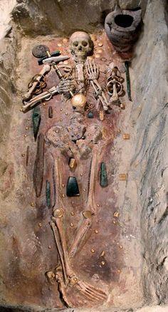 Rekonstruktion von Grab 43 des kupferzeitlichen Gräberfeldes von Varna im...