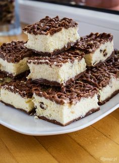 Sernik królewski to jeden z najlepszych serników. Upieczony na kruchym, kakaowym spodzie z masą serową z dodatkiem bakalii oraz kruszonką na wierzchu. Do p