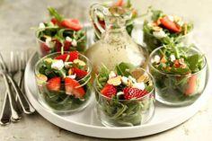 Een supersimpel receptje, deze rucolasalade met aardbeien en zachte geitenkaas. Lekker als onderdeel van een saladebuffet of bij de barbecue.