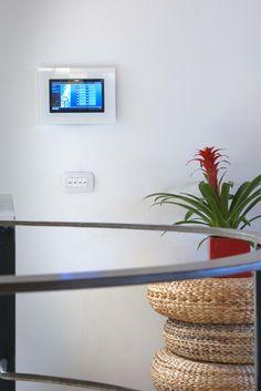 Vimar referenza a Venezia con la serie Arké esempio installazione domotica con il multimedia video touch screen e pulsanti in corridoio