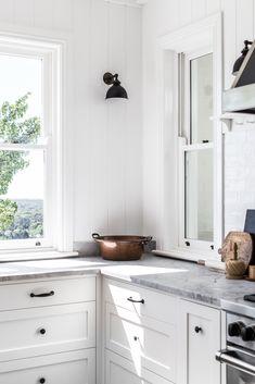 Home Interior Velas How To Create a Modern Farmhouse Kitchen White Shaker Kitchen, All White Kitchen, New Kitchen, White Kitchens, Awesome Kitchen, Kitchen Ideas, Kitchen Designs, Kitchen Inspiration, Neutral Kitchen