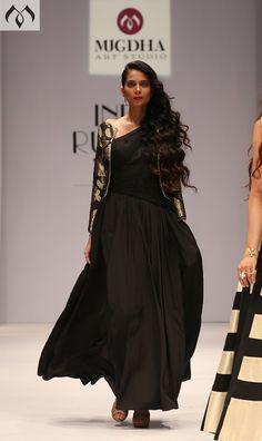 #irw #indiarunwayweek #blackandgold #brocade #couturedrape #hyderabaddesigner #coutureindia #indiancouture Contact Details:040-65550855/9949047889 Watsapp:8142029190/9010906544 Email-id:Mugdha410@gmail.com Instagram:MugdhaArtStudio