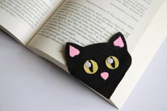 DIY bookmarks Why we use corner bookmarks ? The goal of this idea to make reading more fun and entertaining, some pleasure reading and especially for children when reading bedtime stories are of hobbies and a source of inspirationو. Felt Bookmark, Bookmark Craft, Diy Bookmarks, Corner Bookmarks, Fabric Crafts, Sewing Crafts, Sewing Projects, Paper Crafts, Cat Crafts