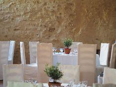 Centre de table olivier et pot en terre cuite pour un mariage à la chapelle Saint Bacchi entre Jouques et Rians