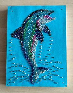 kraaltjes schilderij! rocailles met speldjes vastzetten op piepschuim waarop een stuk gekleurd papier is geplakt.