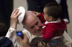 El papa Francisco juega con un niño durante una audiencia en la residencia Santa Marta. (REUTER)