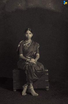Vintage Photography Women, Retro Photography, People Photography, Outdoor Photography, Kashta Saree, Sarees, Old Photos, Vintage Photos, Indian Family