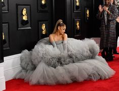 Ariana Grande Brings Giant Gray Cloud Vibes To Grammy Awards Red Carpet Justin Bieber, Ariana Grande Grammys, Celebrity Style Casual, Ariana Grande Pictures, Dangerous Woman, Concert, Red Carpet, Snapchat, Awards