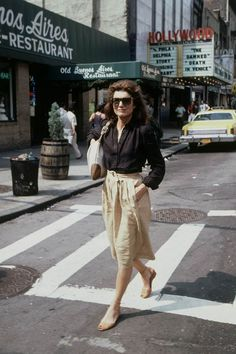 Jackie Kennedy was not only First Lady, she was the queen of cult looks that are ideal for summer. Here are her best to copy and paste into your very 2018 wardrobe. Jacqueline Kennedy Onassis, Estilo Jackie Kennedy, Jackie O's, Jaqueline Kennedy, Caroline Kennedy, Robert Kennedy, Looks Style, Mode Style, Who What Wear