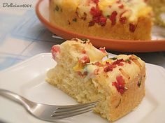 Bolo de linguiça e queijos